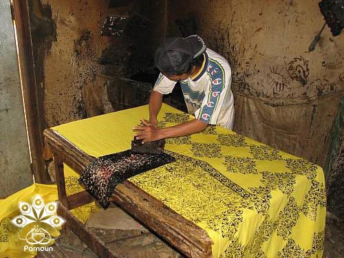 هنرمند اندونزیایی در حال ایجاد چاپ باتیک بر روی پارچه